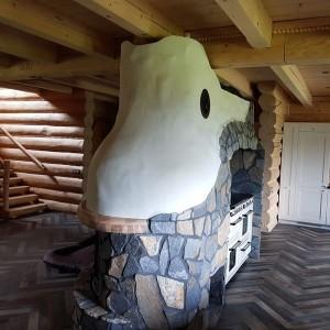 dom z bali wnętrze z kominkiem