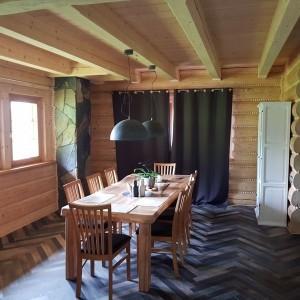 dom z bali wnętrze jadalnia