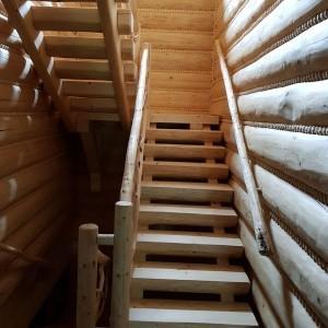 dom z bali wnętrze drewniane schody