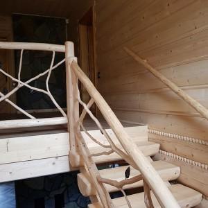 dom z bali wnętrze schody z drewna